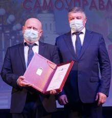 Вольские работники органов МСУ получили десятки грамот, благодарностей от губернатора и главы района