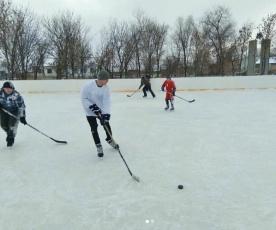 От мала до велика в Талалихино и Куликовке играют в хоккей