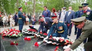 В День Победы вольчане почтили память погибших на воинском мемориале на городском кладбище