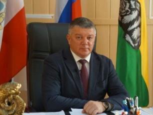 Глава района В. Матвеев поздравляет работников органов местного самоуправления