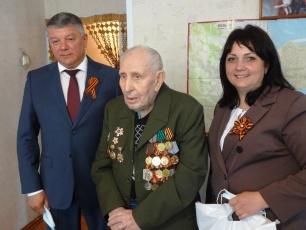 Глава района пригласил фронтовика посмотреть военный парад в Вольске
