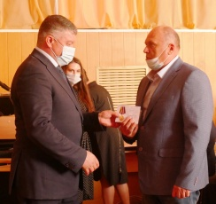 Виталий Матвеев вручил вольчанам — ликвидаторам Чернобыльской аварии памятные медали