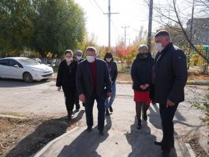 Депутат Государственной Думы Николай Панков проконтролировал работы по обустройству тротуаров в Вольске